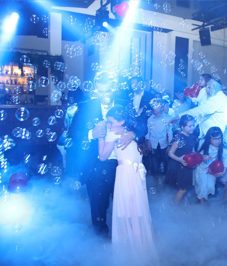 ריקוד ילדת בת מצווה באולם