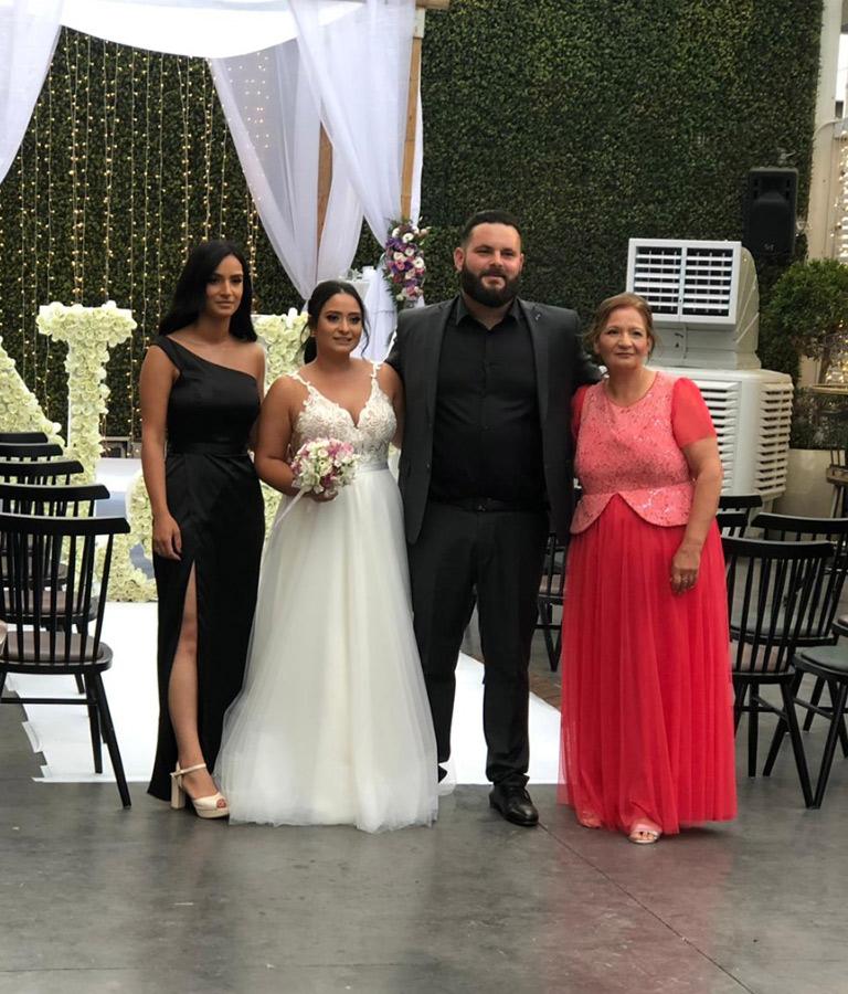 משפחה מצטלמת אירוע חתונה